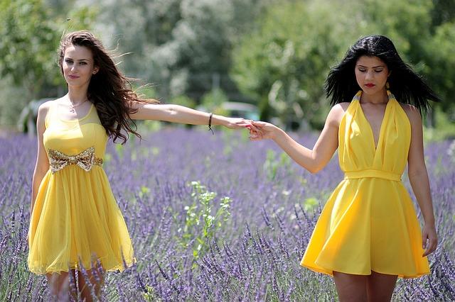 żółta sukienka z falbankami